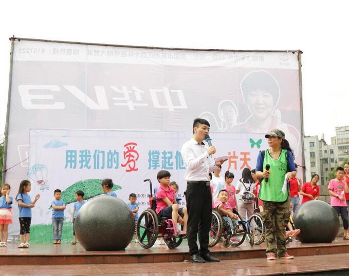 活动伊始,微公益志愿者认真负责的给参加活动的家长及小朋友分发